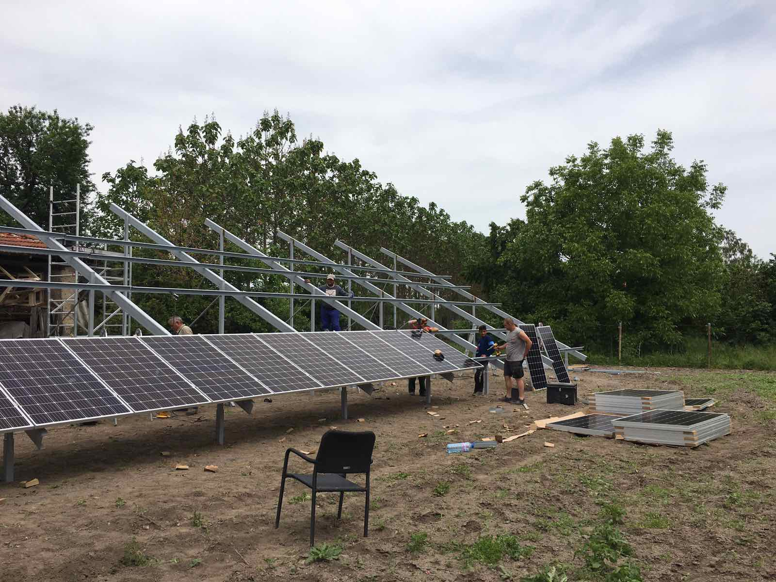Соларни панели в процес на изграждане